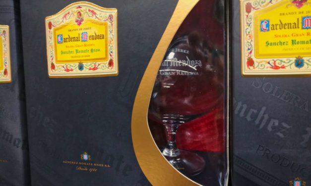 Den Brandy de Jerez Cardenal Mendoza mit Glas im Paket im Supermarkt und online